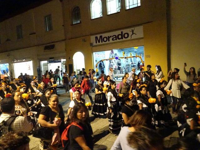 画像: 街中では各所でパレードが開催されます 写真は仮装した子供たちのパレードです