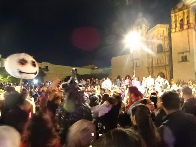 画像: 大聖堂前はバンド演奏で大盛り上がり!