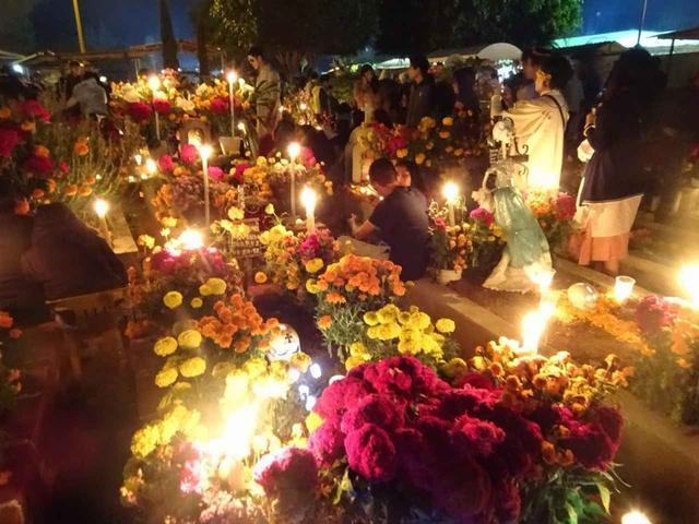画像: ナイトツアー(お墓めぐり)へ! きれいに飾られたお墓を練り歩きます