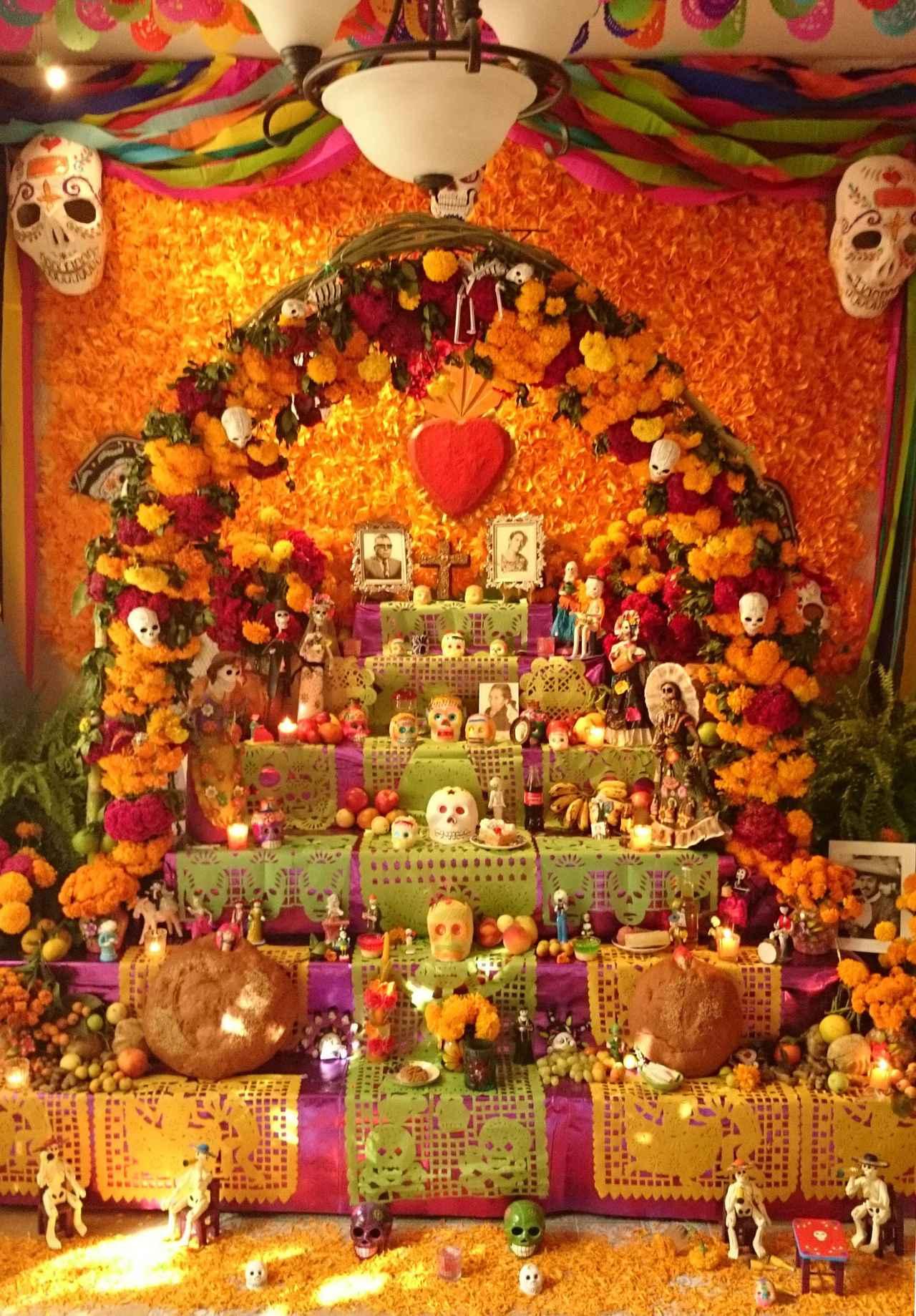 画像: 「死者の日」には各所に祭壇が設けられます