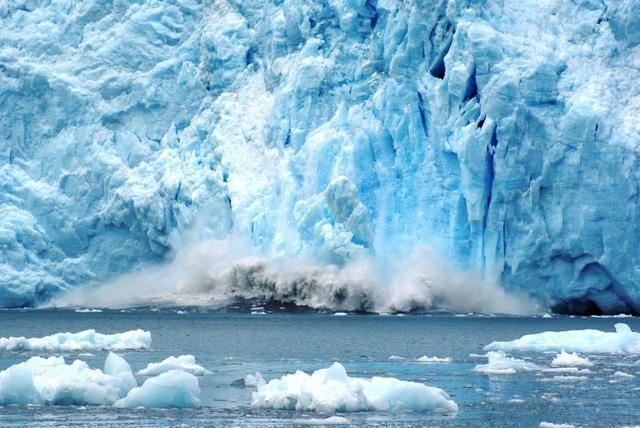 画像: 轟とともに海へ落ちる氷河崩落 ※自然現象の為ご覧いただけない場合もございます
