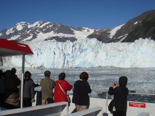 画像: 氷河の前で停泊中の様子 氷河崩落の瞬間を今か今かと待ちます