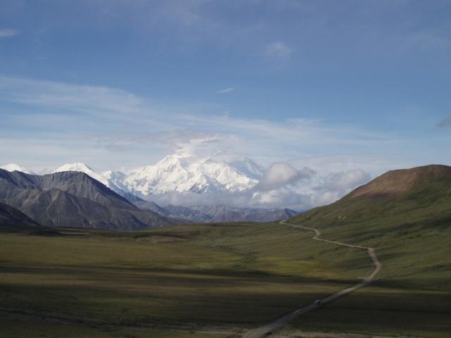 画像: アラスカのシンボルとも言えるデナリ山 北米最高峰を誇り、その雄姿は圧巻の一言