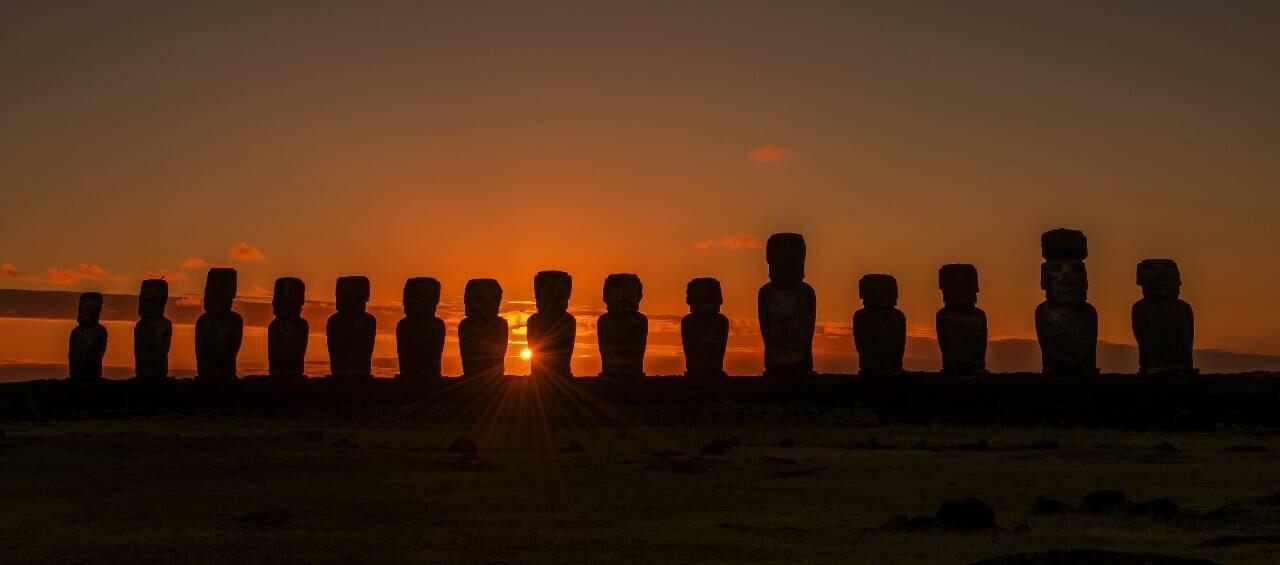 画像: 島東部トンガリキの朝日。15体のモアイが光り輝く瞬間は感動的 ©Hino Itaru (気象状況によりご覧いただけない場合があります)