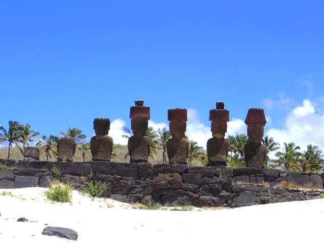 画像: プカオを載せたモアイ。白砂のアナケナビーチに鎮座する珍しい立地