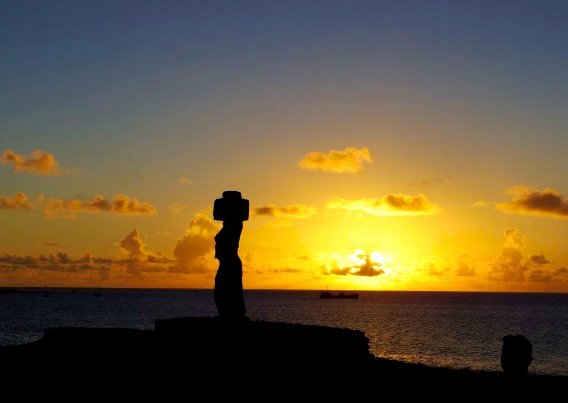 画像: モアイの背に沈む夕日。島西部のタハイ儀式村では幻想的な時間が流れる(気象状況によりご覧いただけない場合があります)