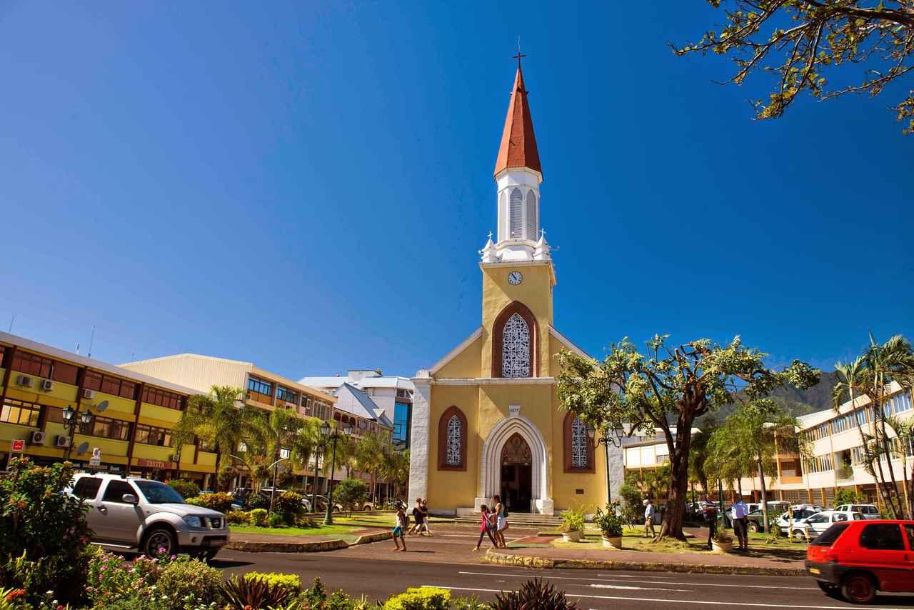画像: かわいらしい町並みと教会