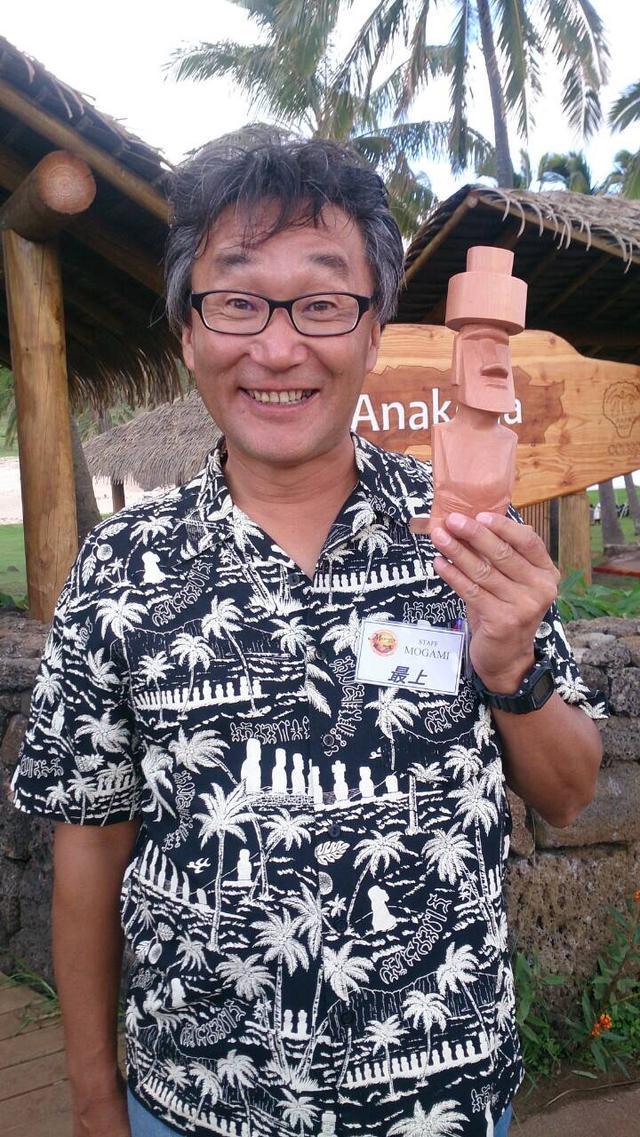 画像: 日本語ガイドの最上氏。日本人として初めてイースター島に移住し、永住権と公認ガイド資格を取得した第一人者。モアイを愛する情熱は誰にも負けない。