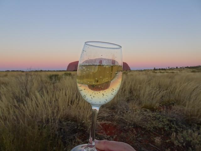 画像: サンセットのお供はスパークリングワイン!ゆったり寛ぎながら絶景を満喫する贅沢なひととき・・・ノンアルコールもあります。 「逆さエアーズロック」写真も楽しい思い出に♪ (弊社スタッフ亀井撮影)