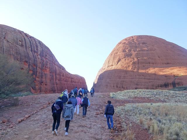 画像: カタジュタ観光は、岩の近くを歩けます