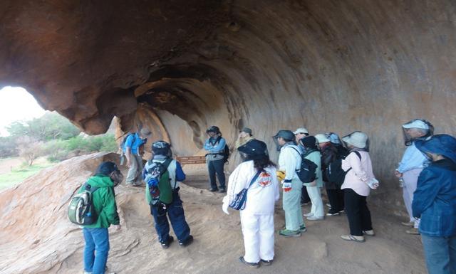 画像: こちらは先住民の住居跡を見学しているところ