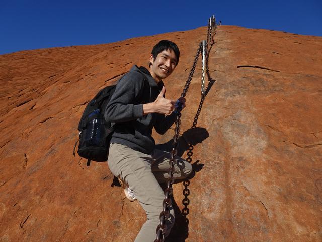 画像: 途中から、このように一本の鎖をつかんで登ります。足元に気をつけながら進んでいきましょう!