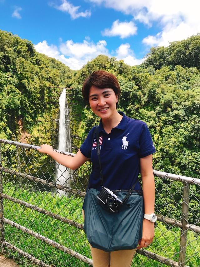 画像: ハワイ島のアカカ滝にて 弊社スタッフ和田(2018年7月)