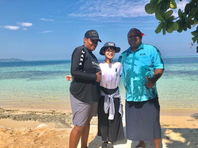 画像: マナ島のフィジー人スタッフと輝く海
