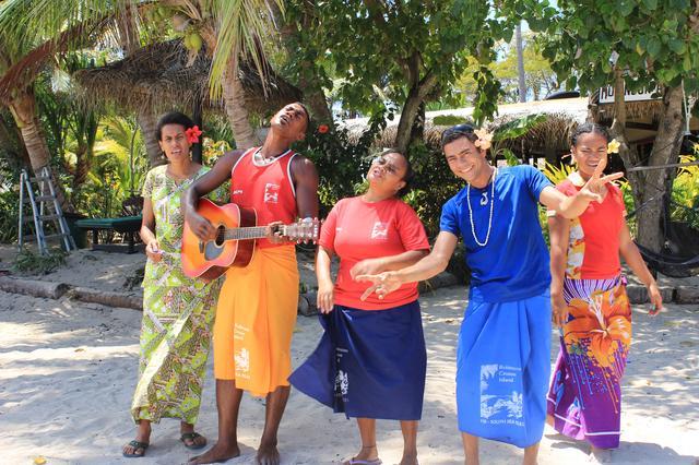 画像: 島につくと歓迎の歌で出迎えてくれます