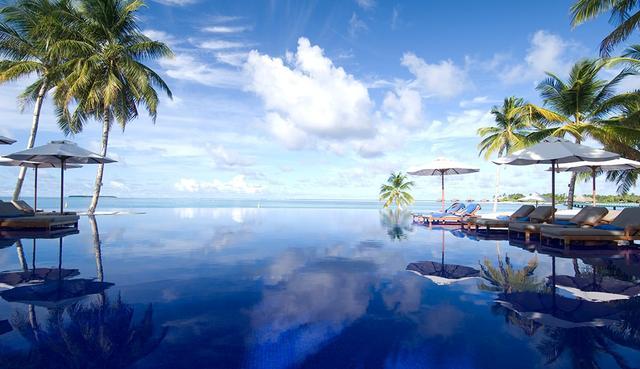 画像: インド洋と一繋ぎのように見えるインフィニティプール