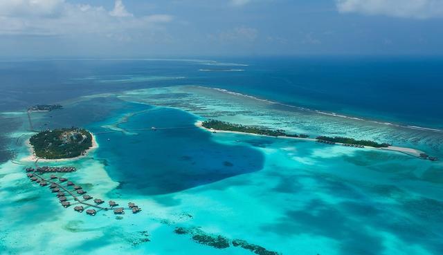 画像: 上空から見るモルディブの環礁風景