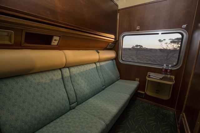 画像: 広い窓が自慢の客室。日中は快適なソファが・・・