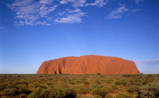 画像: 世界最大級の一枚岩エアーズロック(ウルル)