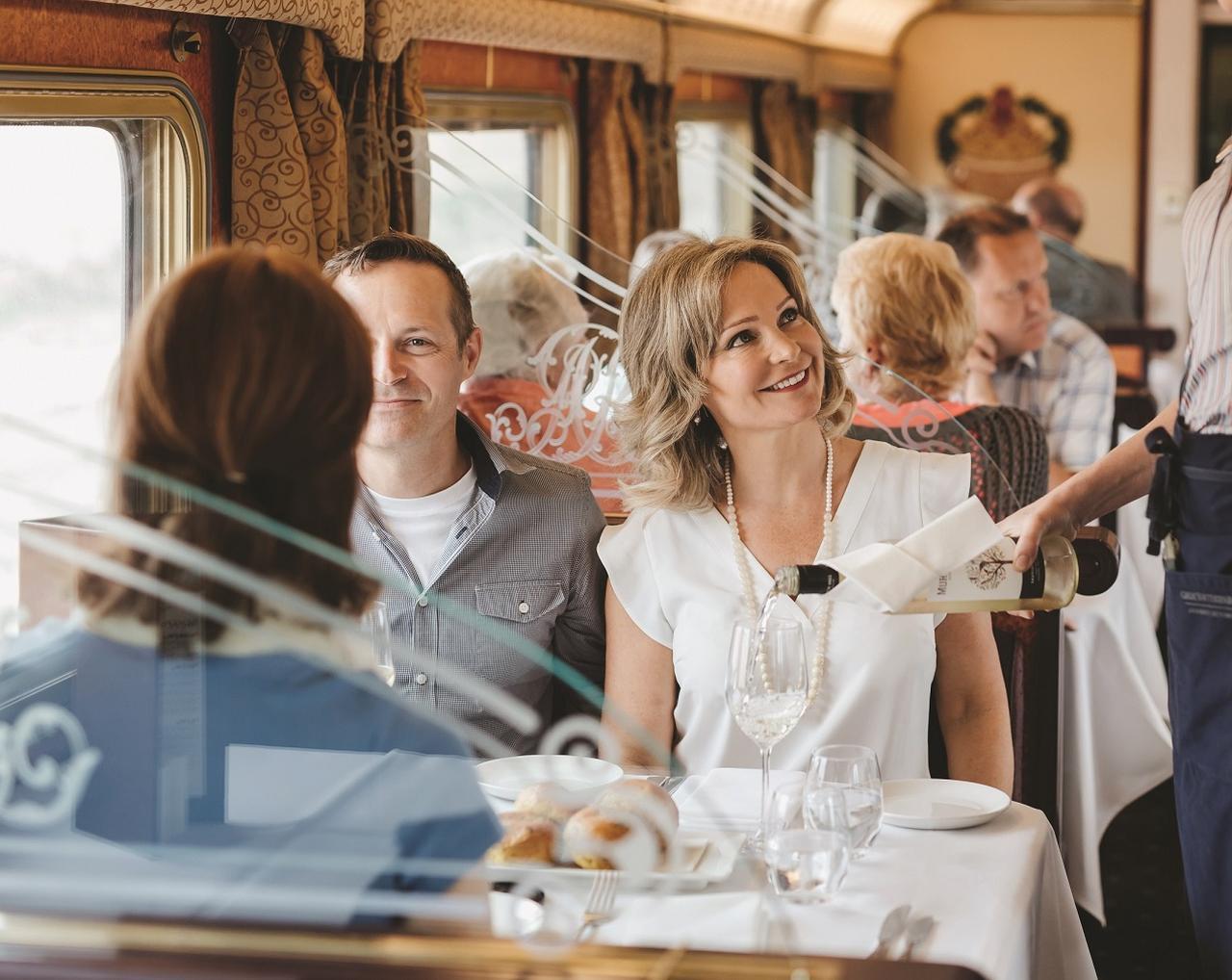画像: 「走るファーストクラスレストラン」と称される食堂車では3食を堪能