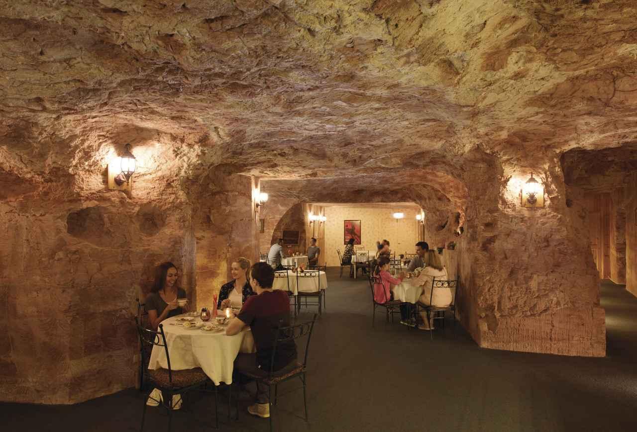 画像: クーバーピディーならではの「地下レストラン」の様子