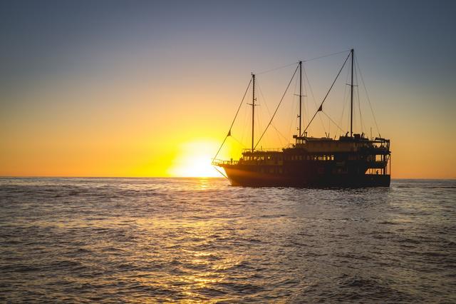 画像: 世界遺産ミルフォードサウンド内で宿泊するクルーズ船「ミルフォードマリナー号」
