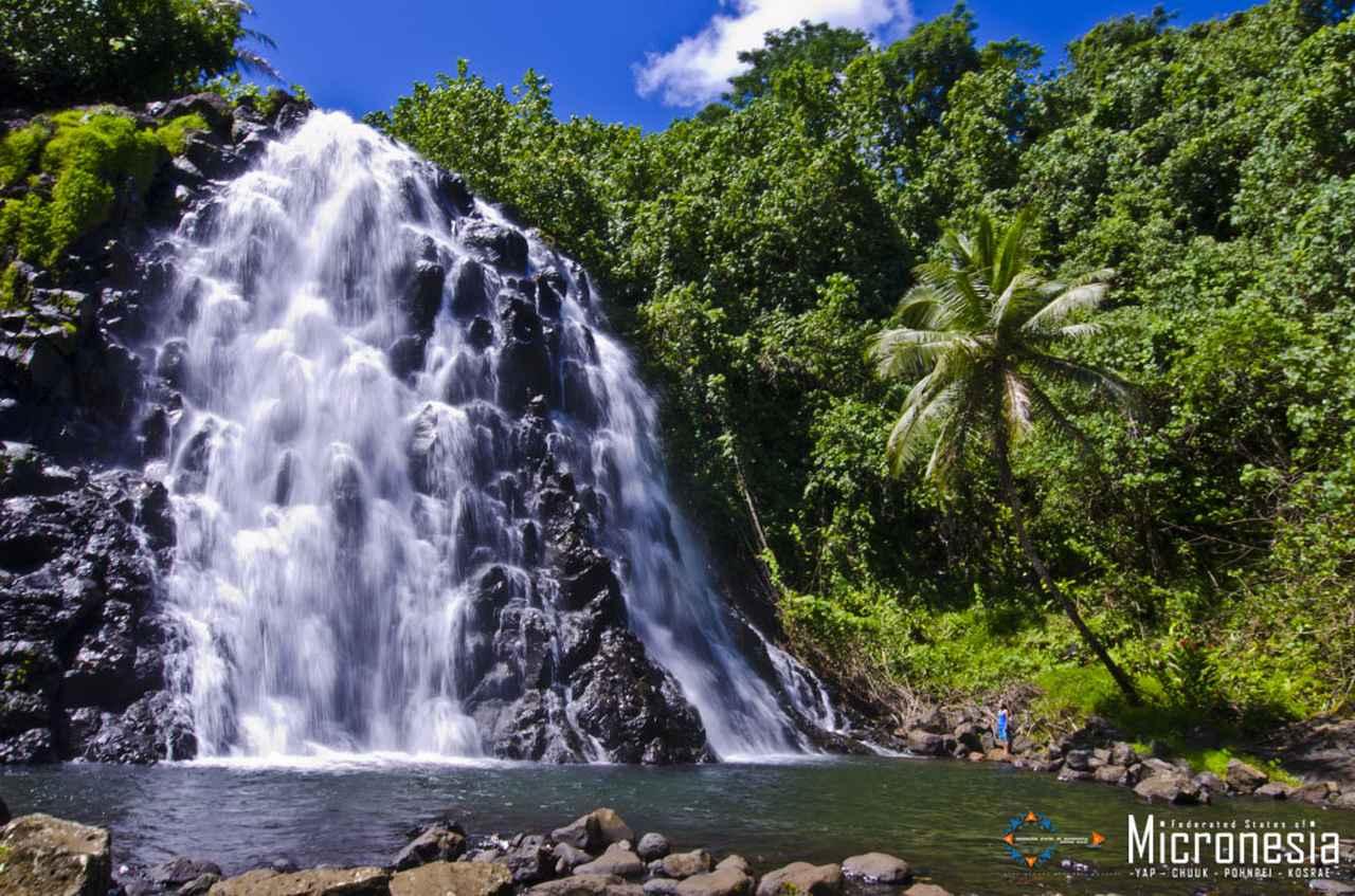 画像: 水量豊富な時期のケプロイの滝 (出典:ミクロネシア政府観光局)