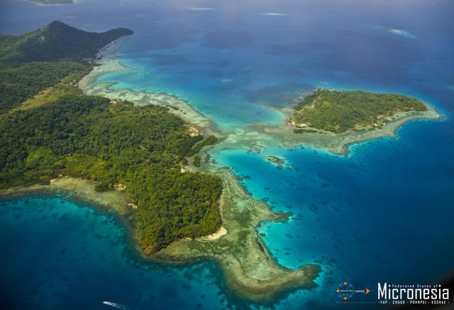 画像: チューク環礁の島々(空撮)