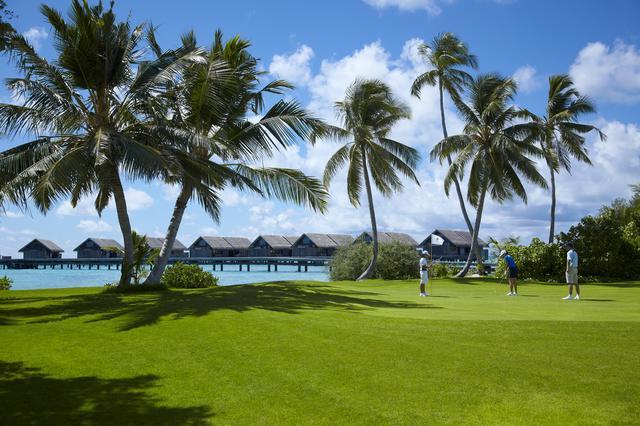 画像3: サンゴ礁に囲まれた9ホールのゴルフコース