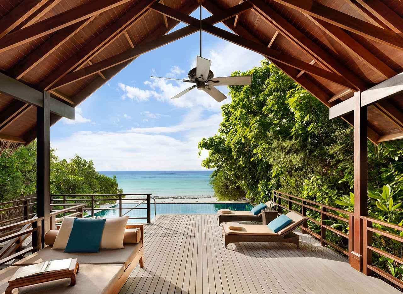 画像: プール越しに大洋を一望できる隠れ家的なコテージ