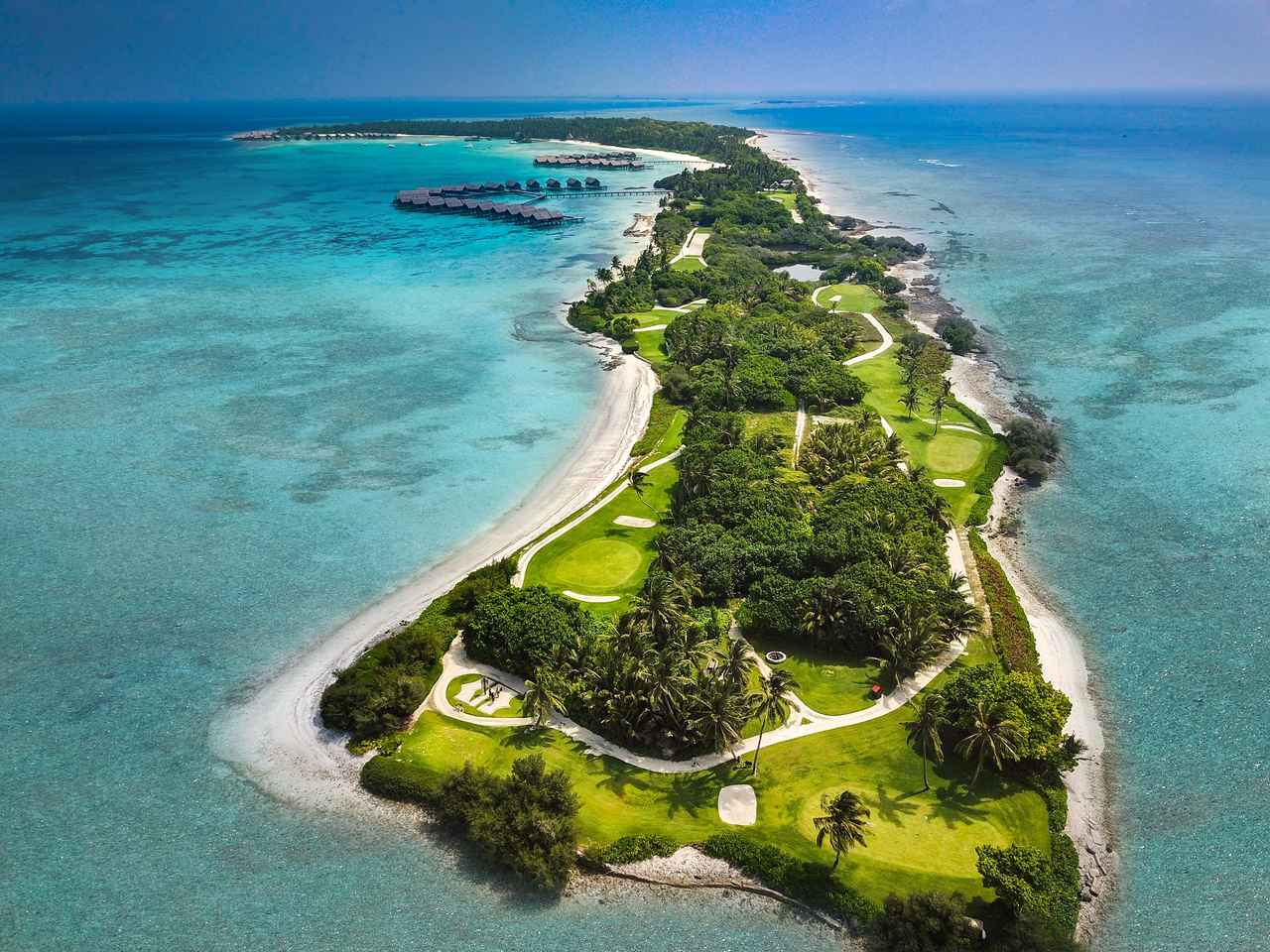 画像1: サンゴ礁に囲まれた9ホールのゴルフコース