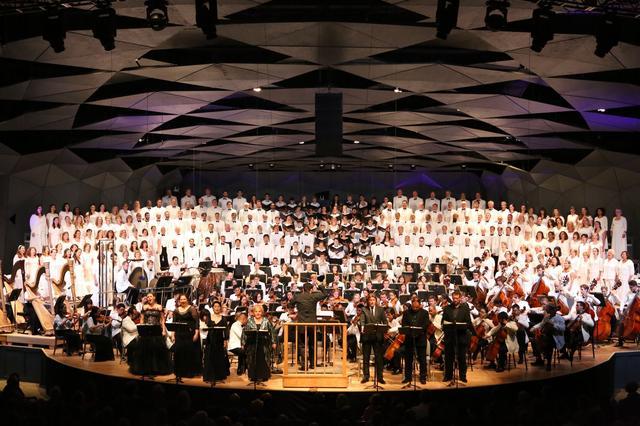 画像: ツアー中にボストン交響楽団のオーケストラの演奏を鑑賞(イメージ)