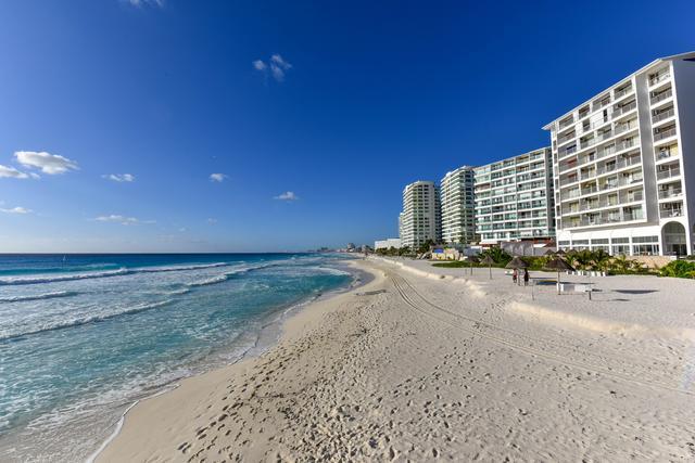 画像: カンクンのビーチ沿い・ターコイズブルーの海と白い砂浜が広がっています(イメ-ジ)