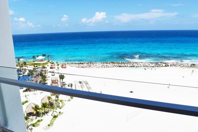 画像: 部屋のバルコニーに出ると、目の前に真っ青のカリブ海が見えます!