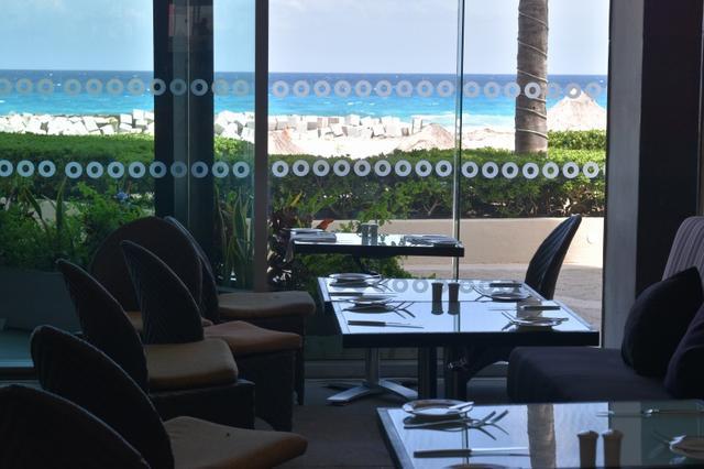 画像: リフレクト・クリスタル・グランドカンクンのレストランより(イメージ) レストランからも海が見えます。オールインクルーシブだからお好きなレストランで食事を召し上がれます。