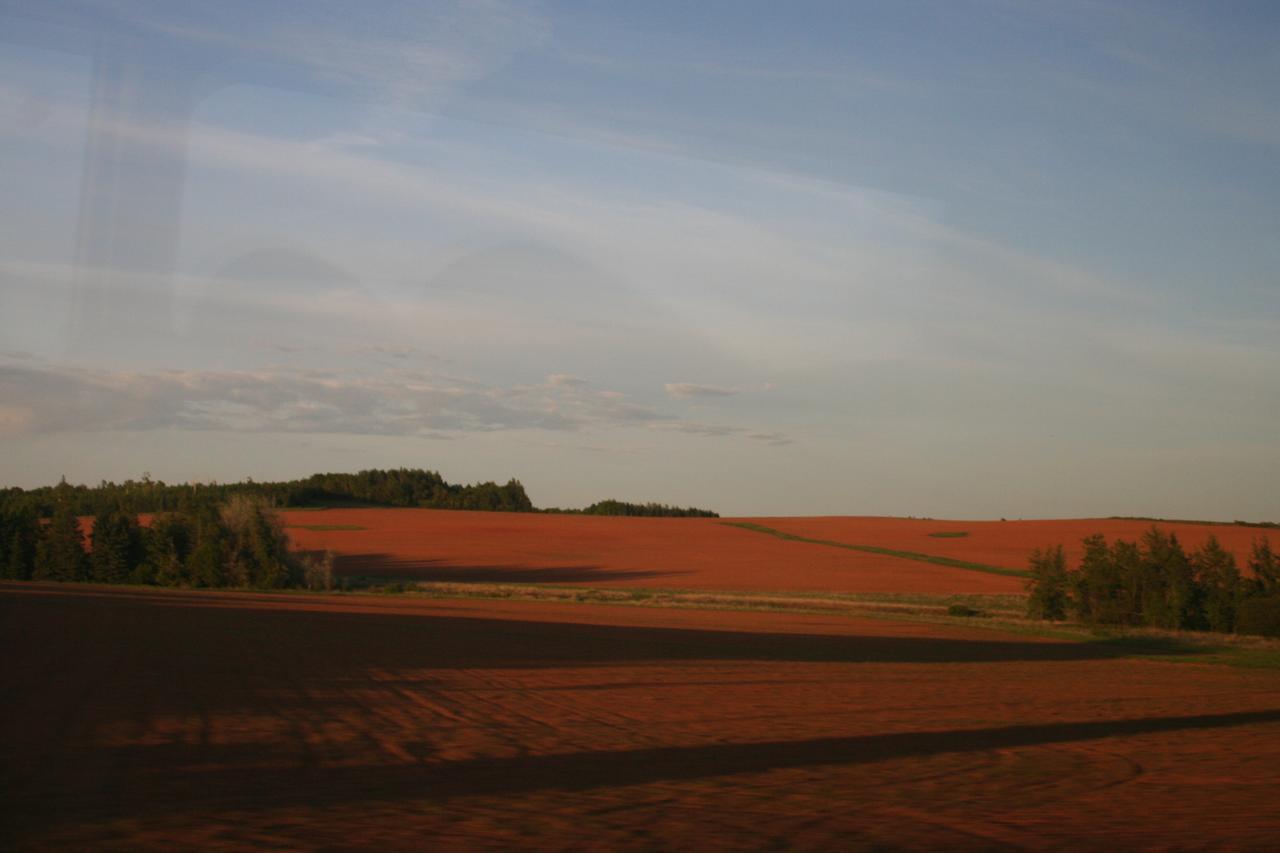 画像: 車窓からの景色も一面赤土の景色!