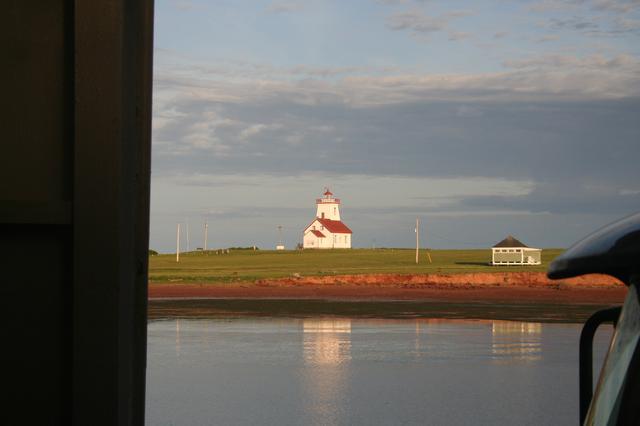 画像: プリンスエドワード島到着直前に見えた、島の灯台