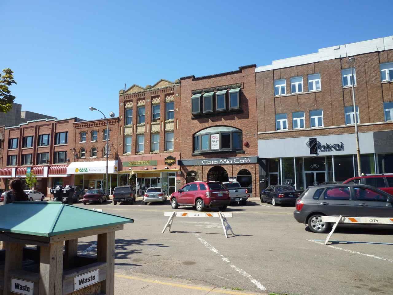 画像: 趣ある建物が並ぶシャーロットタウンの街並み