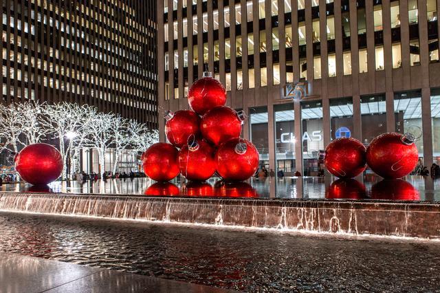 画像: ニューヨーク六番街の様子(イメージ)6th Avenue Ornaments(Brittany Petroenlla NYC & Company )