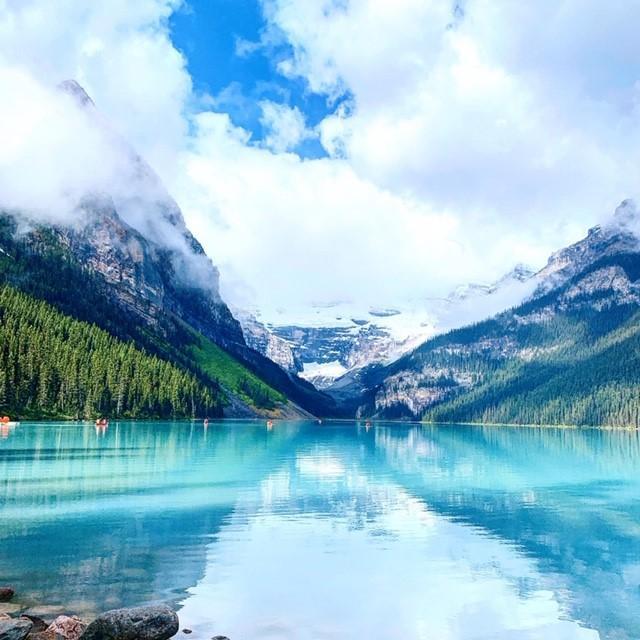 画像: 世界中から観光客が集まる、夏のカナダ屈指の湖「ルイーズ湖」/弊社スタッフ和田