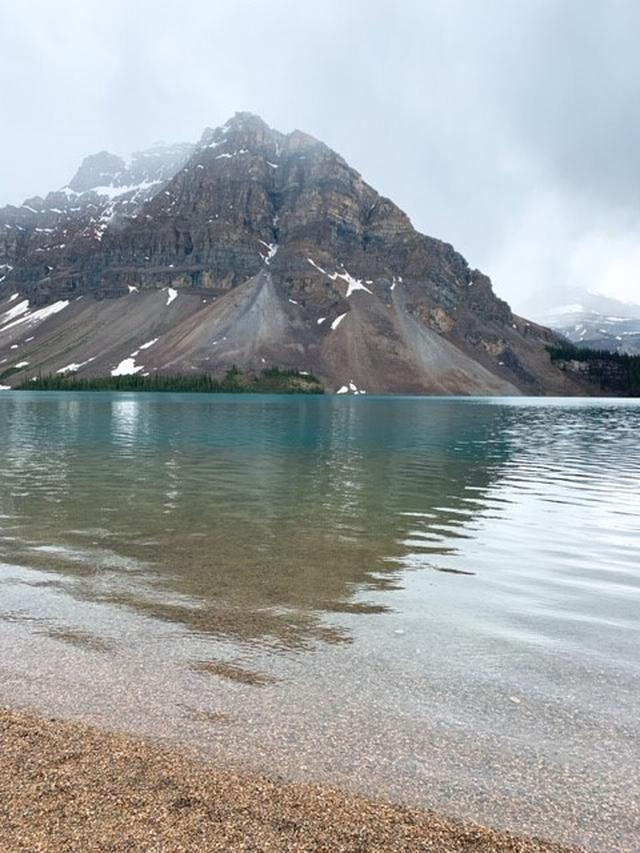 画像: 湖のほとりまで散策ができる、透き通った湖「ボウ湖」/弊社スタッフ和田撮影