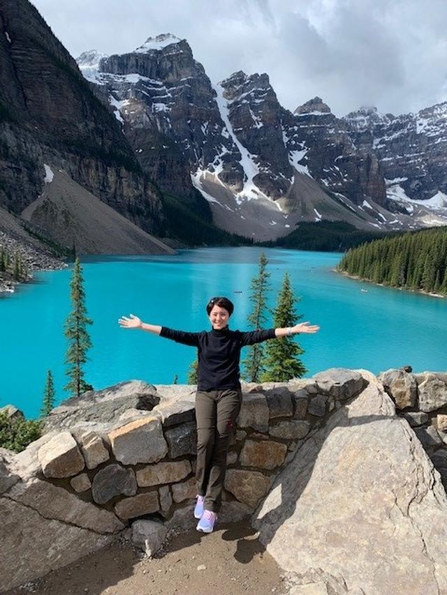 画像: まるで入浴剤を入れたかのような、真っ青な色が広がる「モレーン湖」と添乗員和田/お客様撮影
