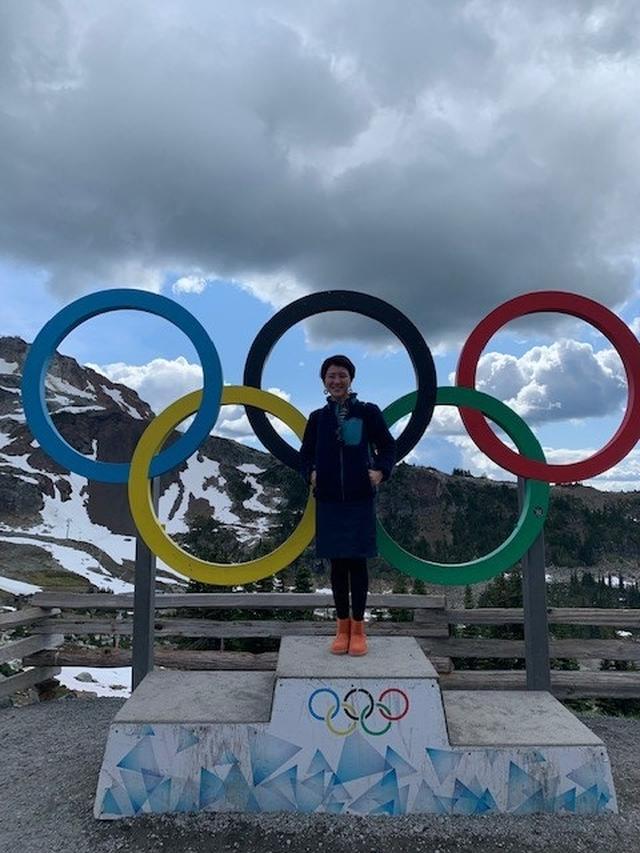 画像: オリンピックの表彰台で写真撮影する、弊社スタッフ和田/お客様撮影