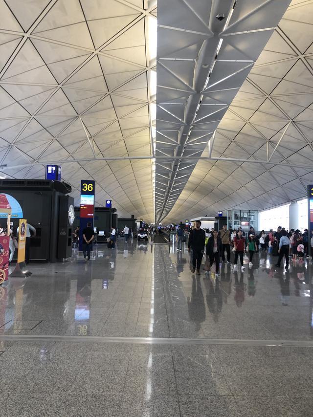 画像: 香港空港国際線ターミナル。免税店もたくさん♪(スタッフ撮影)