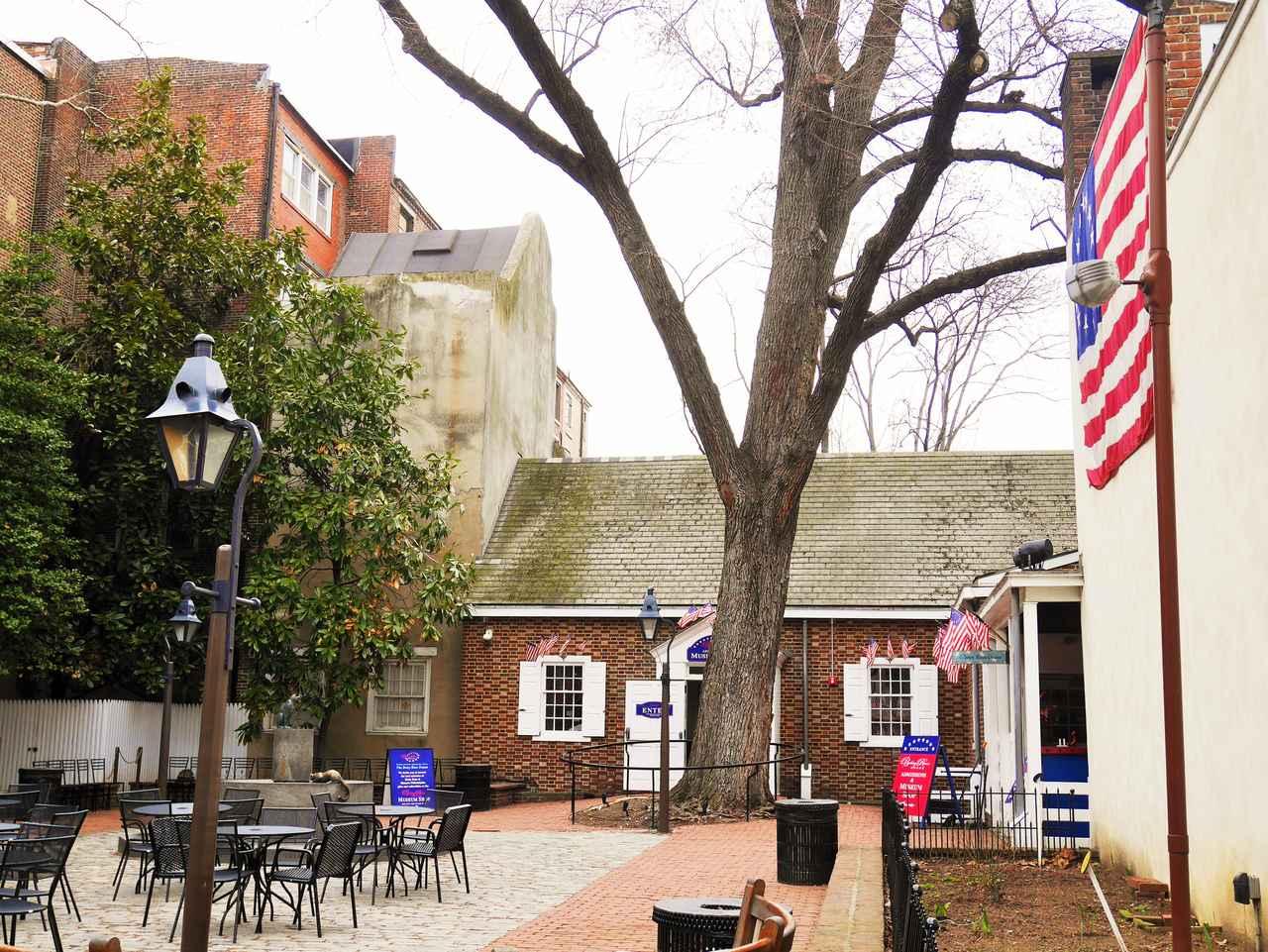 画像: 星条旗を初めて縫ったと言われるベッツィ・ロスの家(イメージ)