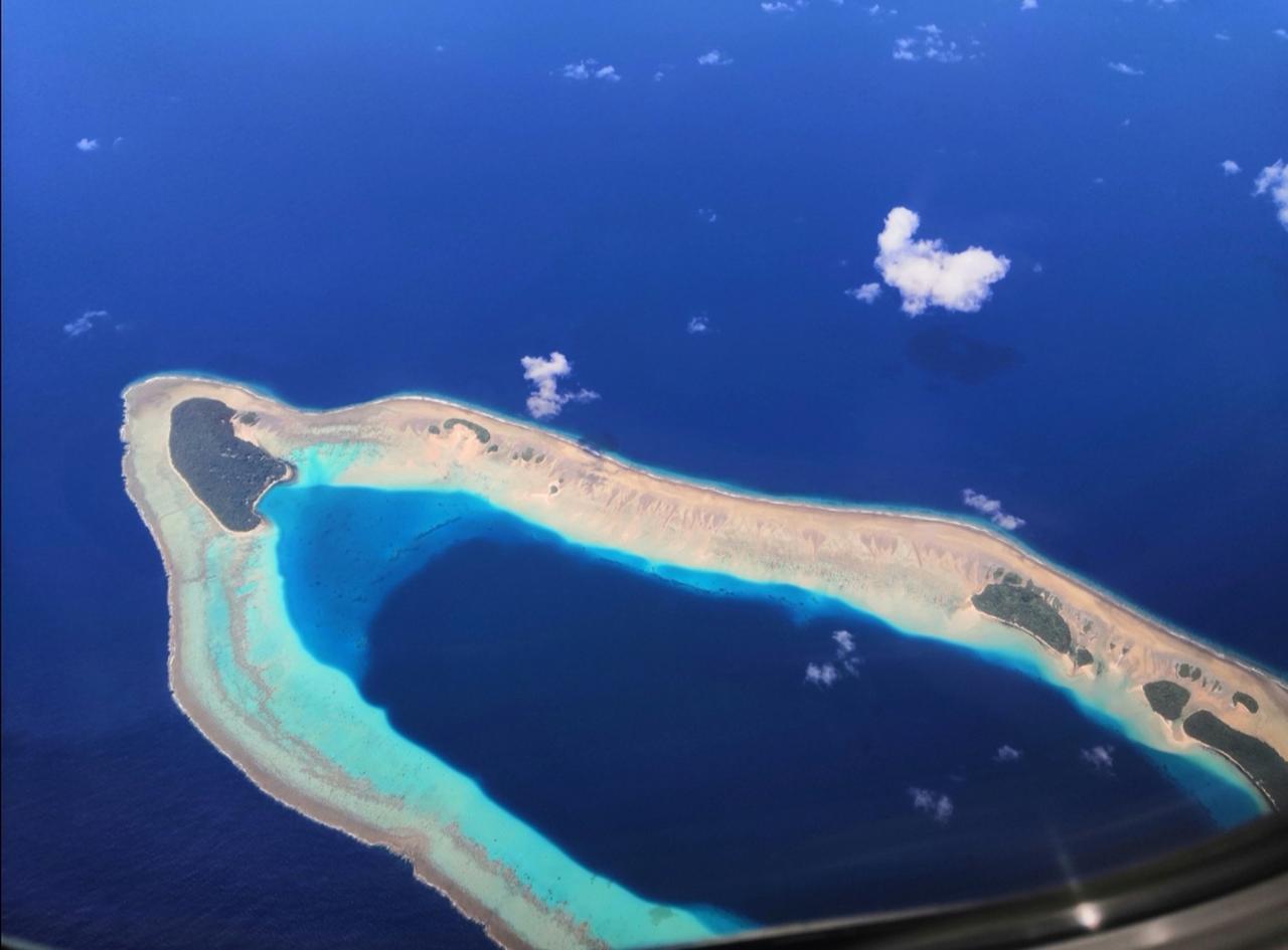 画像: 機内から見える環礁(加工してません!)