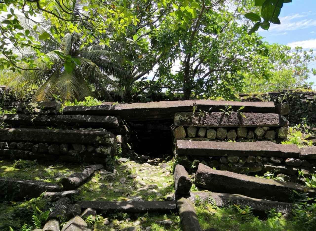 画像: 代々のナンマルキが眠るとされる墓