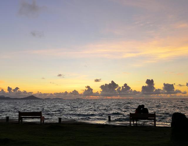画像: 海沿いのベンチでゆったり