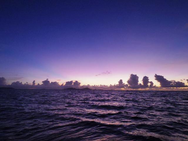 画像: 海に面したホテルから見る夕景
