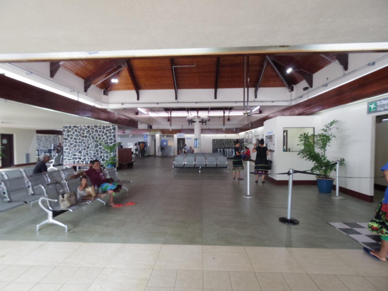 画像: ポンペイ空港。ベンチは現地の方の憩いの場